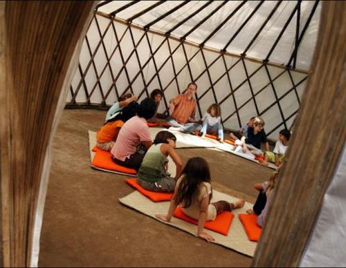 Школьные занятия на полу в зелёной школе