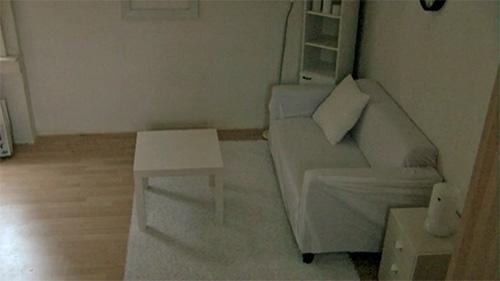 Комната с бесцветной (белой, серой) мебелью