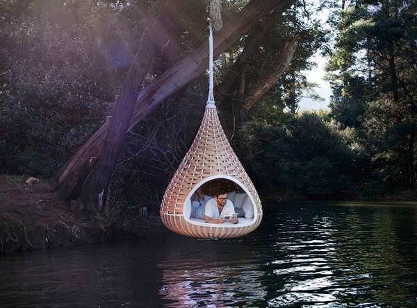 Современный гамак в виде висячего гнезда над водой