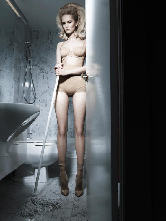 Сексуальная женщина убирает шваброй с грустным лицом