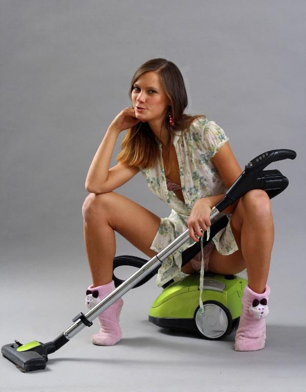 Сексуальная девушка сидит на пылесосе