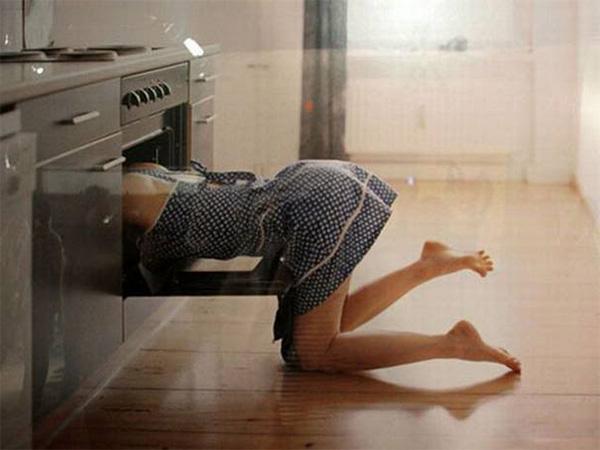 Женщина сексуально моёт духовку