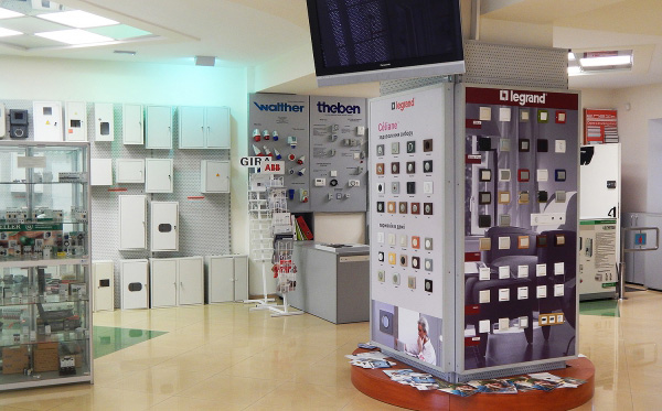 Стенд с розетками и выключателями Legrand в магазине Profelectro